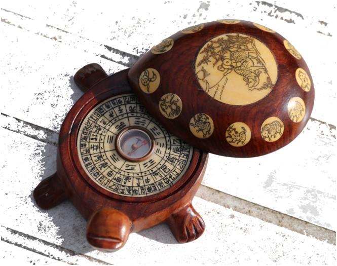 tortue boussole fengshui en bois exotique avec les signes du zodiaque chinois sur le dos